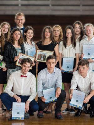Uczniowie na zakończeniu roku szkolnego 2018/2019